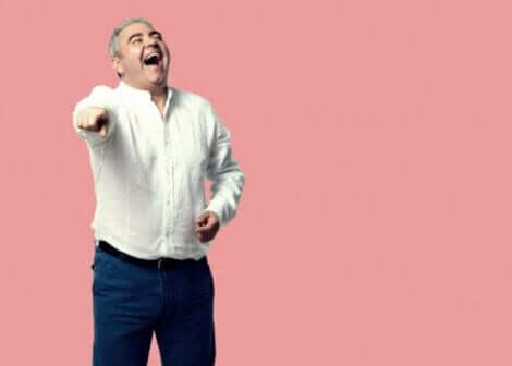 En mann som ler.