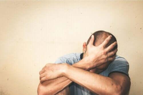 En mann som ser bekymret ut og er full av fobier.