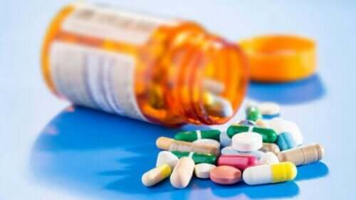 En oransje pilleboks full av reseptbelagte medisiner.