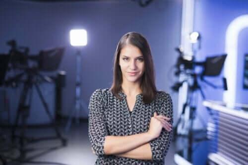 En programleder som smiler mot kameraet.