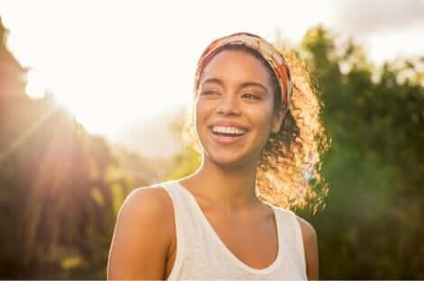 En smilende kvinne.