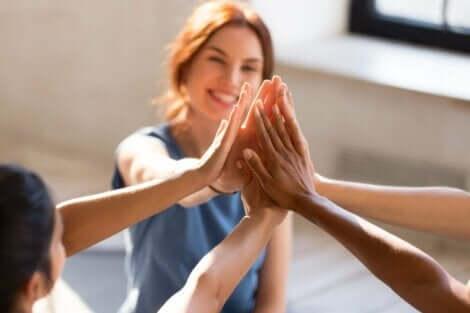 Venner som gir hverandre high five.