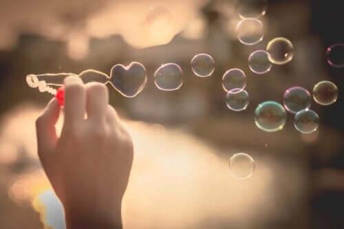 En person som blåser bobler.