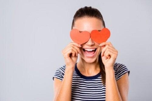 Kvinne med hjerter foran øynene.