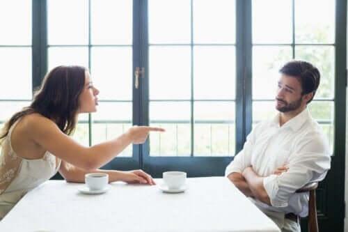 Kvinne som kjefter på en mann.