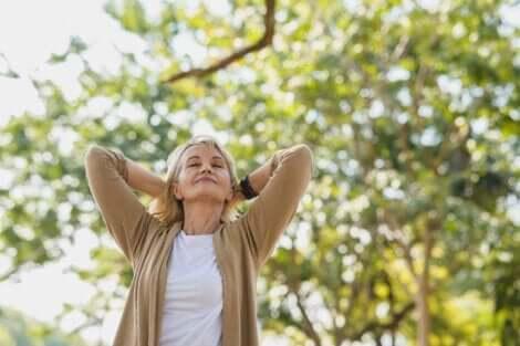 En eldre kvinne som liker hvordan naturen hjelper med å avlaste stress.