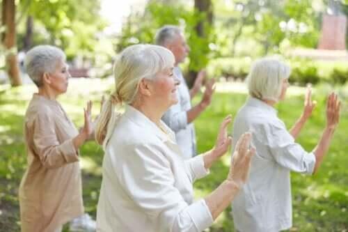 En gruppe eldre som praktiserer qigong.