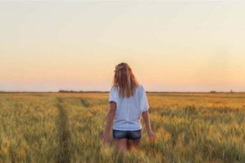 En kvinne i en åker som vet at du ikke alltid kan få det du vil.