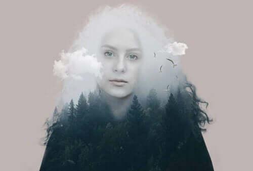 En kvinne mellom skog og skyer.