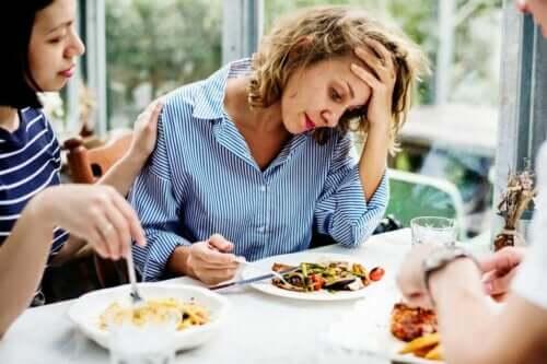 En kvinne som føler seg bekymret for å spise.