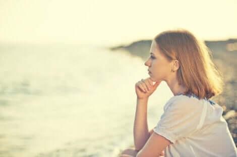 En kvinne som ser på vannet og tenker.
