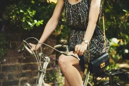 En kvinne som sykler.