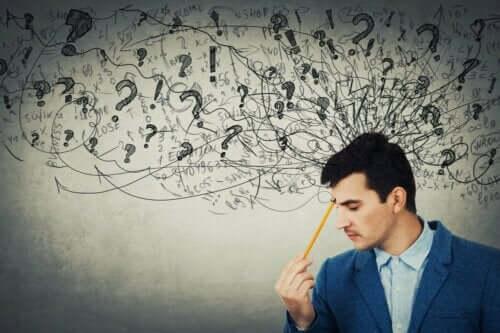 En mann brukerabstrakt tenkning for å ta en beslutning.