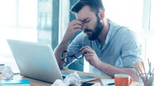 En mann som lider av atferdsavhengighet som føler seg trøtt og uvel.