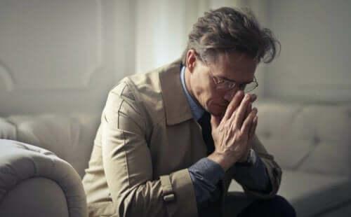 En mann som ser trist ut fordi han føler seg lite verdsatt.