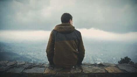En mann som sitter på et fjell.