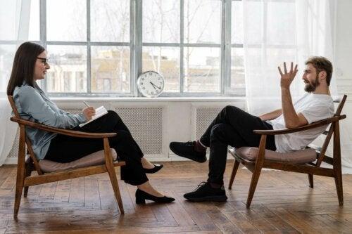 En mann som snakker med psykologen sin.