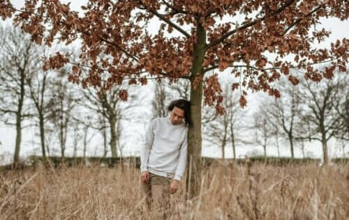 En mann under et tre.