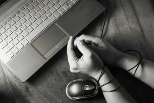 En person med hendene bundet, som representerer internettavhengighet.