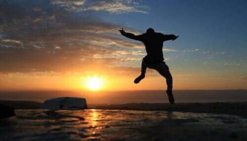 En person som hopper av glede.