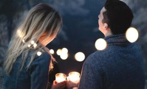 Et par som snakker om kjærlighet og ansvar.