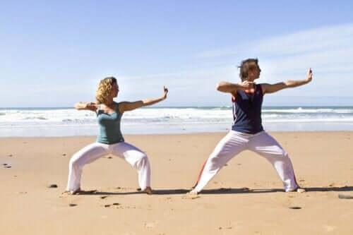 Folk som trener ved stranden.