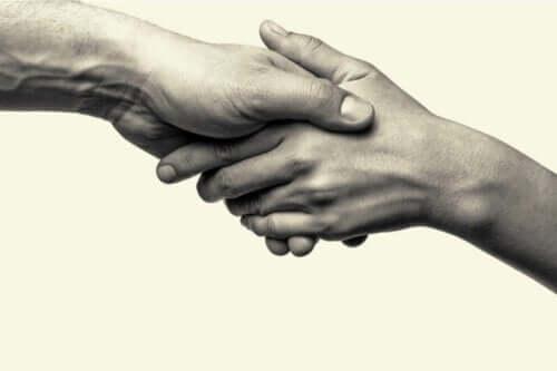 To personer som holder hender, som representerer prososial atferd.