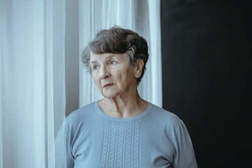 Eldre kvinne som tenker.