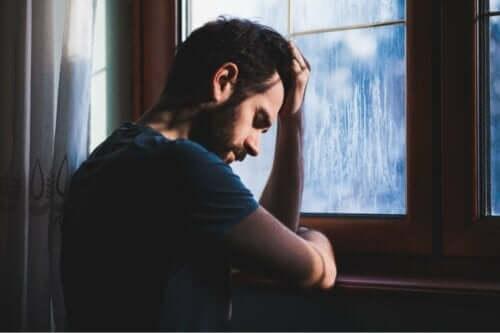En trist mann ved vinduet.