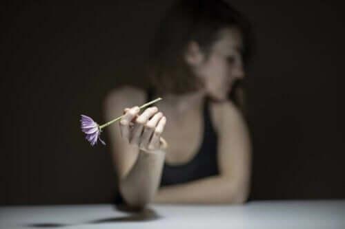 Kvinne med blomst.