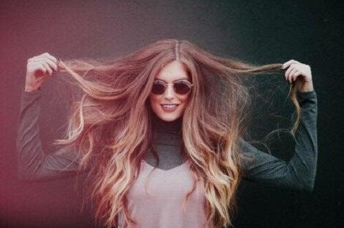 Kvinne med langt hår.