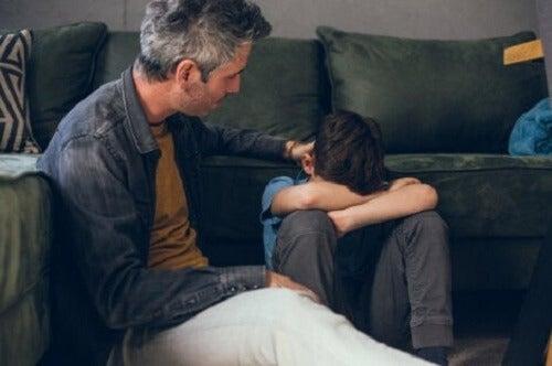 Mann som trøster et barn.