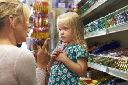 Mor som vil rette på oppførselen til barn.