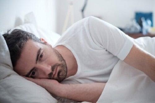 Trist mann i sengen.