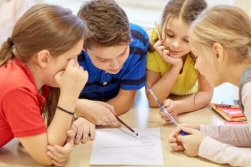 Barn som sammarbeider i en skoletime.