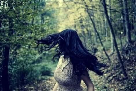 En dame som løper i skogen