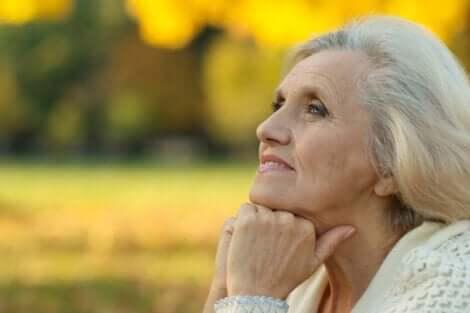 En eldre dame som ser fredelig ut.