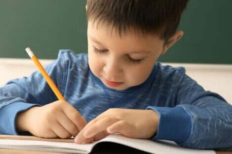 En gutt som skriver.