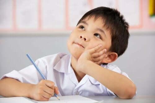 En gutt som tenker i timen.