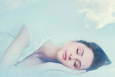 En kvinne som drømmer.