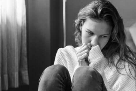 En kvinne som lurer på hvorfor folk skader seg selv.