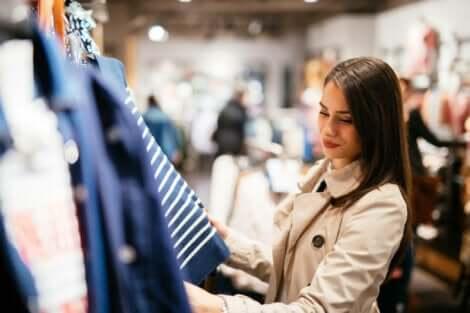 En kvinne som ser på klær.