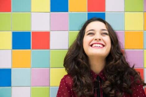 En lykkelig smilende kvinne.