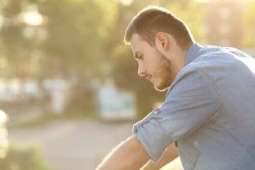 En mann som reflekterer over at det å tenke positivt ikke alltid fungerer.
