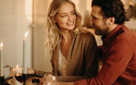 Et par som sitter ved et bord.