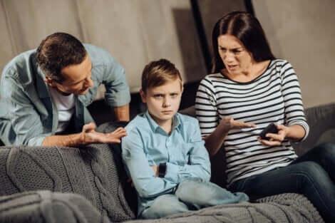 To foreldre som snakker med sønnen sin