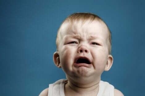 En baby som gråter hysterisk.