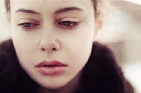 En kvinne som spør seg selv om hvorfor sorg varer så lenge.