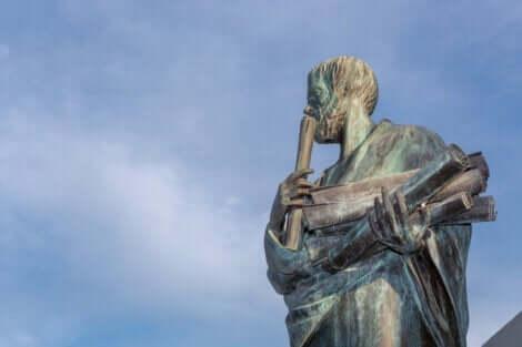 En statue av Aristoteles.