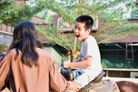 Et barn på en hest.